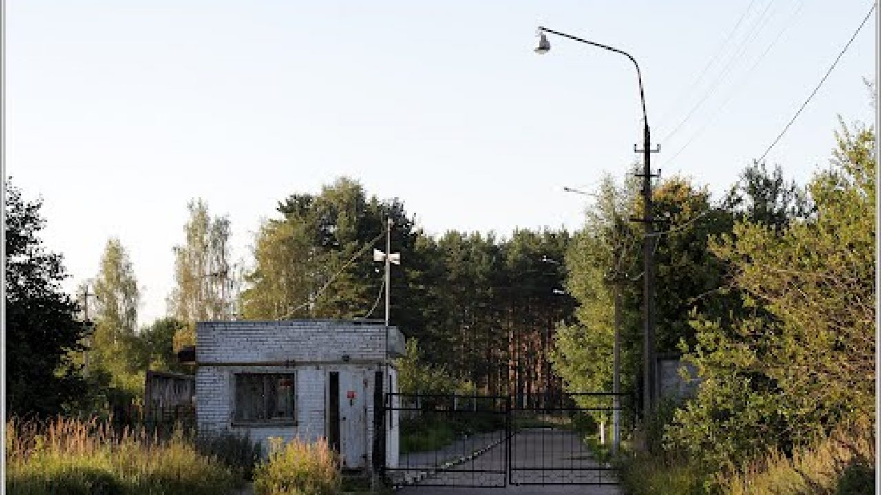 Checkpoint at the entrance to the Kirovskiy Social Care home. Photo credits http://foto-planeta.com/photo/501241.html